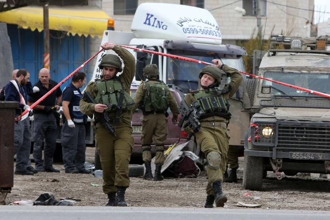 Des soldats israéliens après une attaque à la voiture-bélier près de Naplouse, en Cisjordanie, le 31décembre2015.