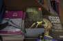 Des exemplaires du roman de Dorit Rabinyan (à droite) dans une librairie israélienne, au lendemain du «scandale», fin 2015.
