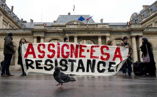 Manifestation contre l'état d'urgence, devant le Conseil d'Etat, à Paris, 11 décembre 2015.