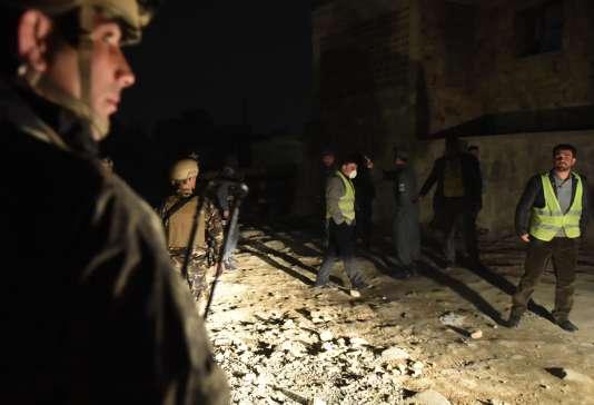 Des membres des forces de l'ordre afghanes sur les lieux de l'attaque qui a visé le restaurant de cuisine française LeJardin, à Kaboul, le 1erjanvier.