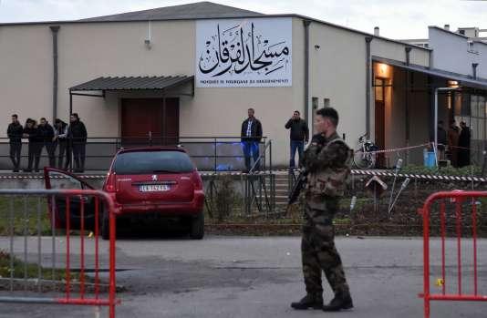 L'homme a foncé, vendredi 1er janvier, avec le véhicule de son épouse sur quatre soldats en faction devant la mosquée de Valence.