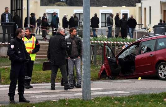 Des policiers près de la voiture qui a foncé sur quatre soldats stationnés devant la mosquée de Valence le 1erjanvier.