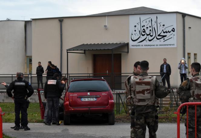 Des policiers fouillent le véhicule à bord duquel un homme a foncé sur des militaires postés devant la grande mosquée de Valence, vendredi 1er janvier.