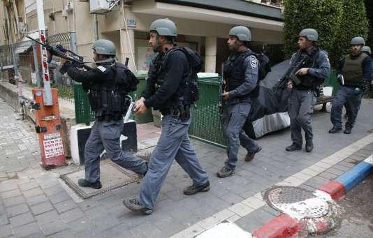 Des membres des forces de l'ordre israéliennes patrouillent dans Tel-Aviv à la suite de la fusillade qui a eu lieu le 1er janvier.