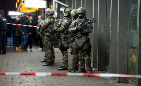 Policiers en faction dans la gare de Munich, le 31 décembre 2015.