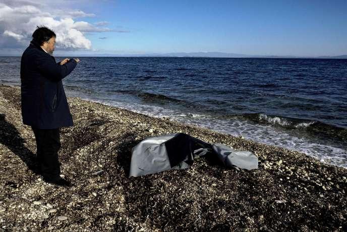 L'artiste et activiste chinois Ai Weiwei photographie les restes d'un canot pneumatique sur l'île de Lesbos, le 1erjanvier.