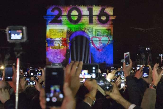 Projection sur l'arc de triomphe à Paris le 31 décembre 2015.