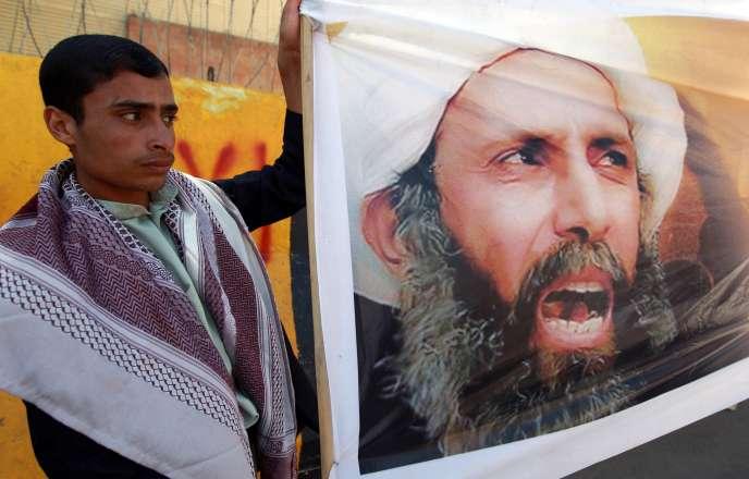 Un manifestant yéménite dénonce la condamnation à mort du cheikh chiite Nimr Baqer Al-Nimr devant l'ambassade d'Arabie saoudite à Sanaa, en octobre2014.