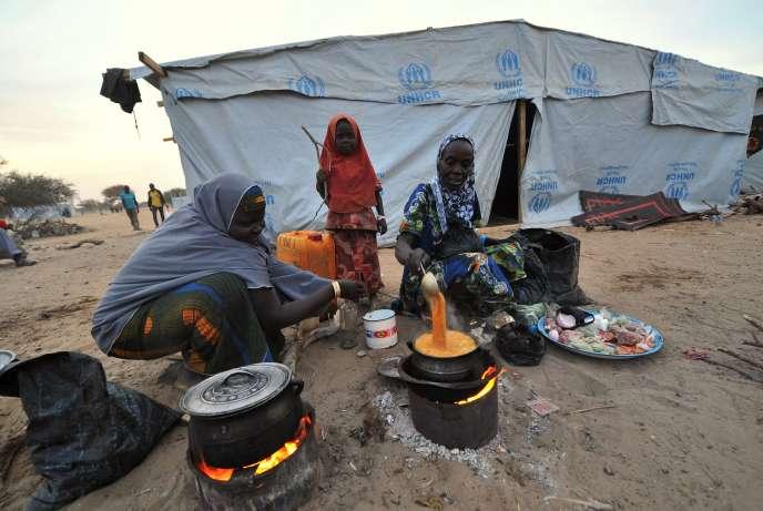 Des femmes nigérianes ayant fui Boko Haram cuisinent dans un camp du Haut Commissariat des Nations unies pour les réfugiés installé à Baga Sola au Tchad