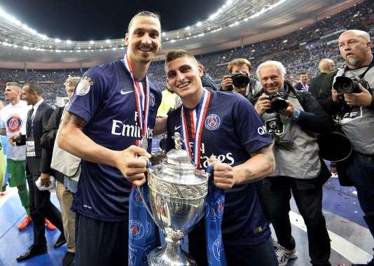 Les joueurs du PSG Zlatan Ibrahimovic et Marco Verratti avec la Coupe de France en mai 2015 au Stade de France à Saint-Denis.