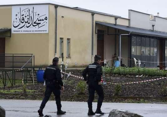 Des gendarmes devant la grande mosquée de Valence, le 2 janvier, au lendemain d'une attaque contre des militaires stationnés devant le lieu de culte.