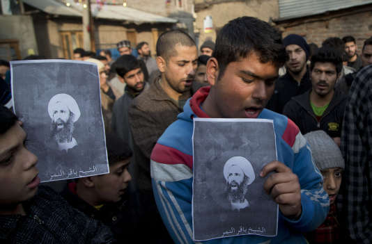 Des musulmans chiites brandissent le portrait du cheikh Al-Nimr lors d'une manifestation contre son exécution, à Srinagar, dans le Cachemire indien, samedi 2 janvier.