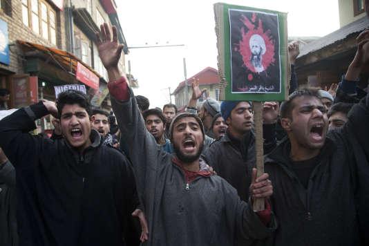 Des manifestants avec une pancarte du cheikh Al- Nimr, à Srinagar, dans le nord-ouest de l'Inde, samedi 2 janvier.