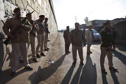 Des policiers et militaires indiens se déploient à Pathankot pour sécuriser les abords de la base aérienne où a eu lieu une attaque durant la nuit, le 2janvier.