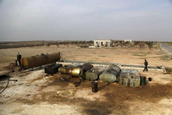 Une raffinerie artisanale à Marchmarin, située au sud de la ville d'Idlib en Syrie le 16 décembre 2015. L'exploitant du site se fournit en pétrole brut auprès de l'E.I.