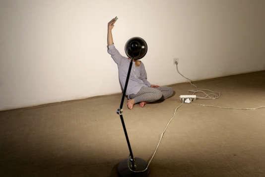 "L'artiste chinoise Zhou Jie lors de son projet artistique ""36 days"" à Pékin en août 2014."