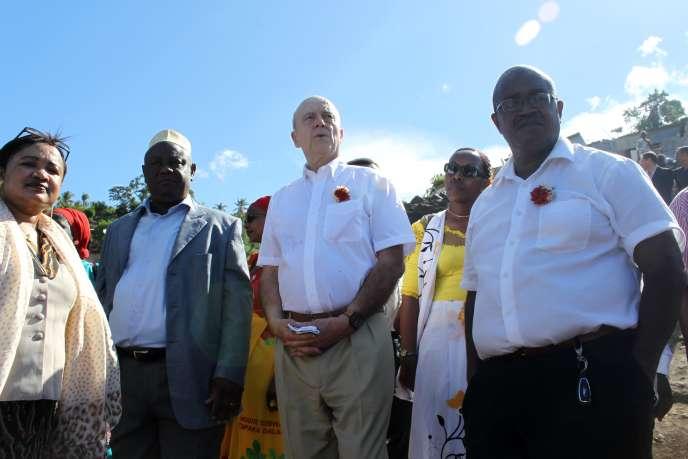 Alain Juppé lors d'une visite à Mamoudzou, à Mayotte, le 20 décembre 2015.