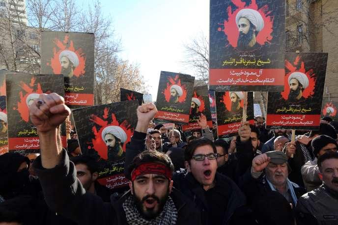 Des Iraniens manifestent contre l'exécution du cheikh chiite Al-Nimr, dimanche 3 janvier devant l'ambassade saoudienne à Téhéran.