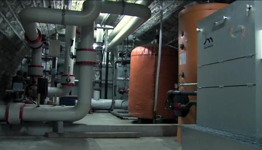 La chaudière de l'université Jean Moulin-Lyon III utilise la chaleur de serveurs informatiques pour alimenter en eau chaude les douches du gymnase attenant.