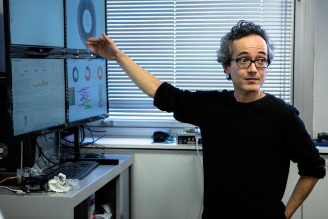 Paul Benoit, fondateur de la start-up parisienne Qarnot, au siège de la société basée à Montrouge où une plate-forme pilote à distance les calculs réalisés par les processeurs intégrés aux radiateurs.