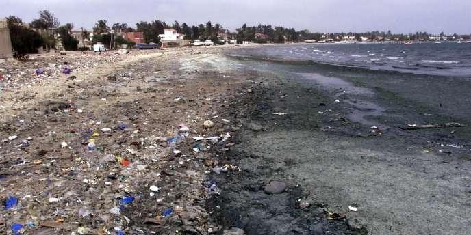 La baie de Hann à Dakar en 2002, polluée notamment par des déchets en plastique.