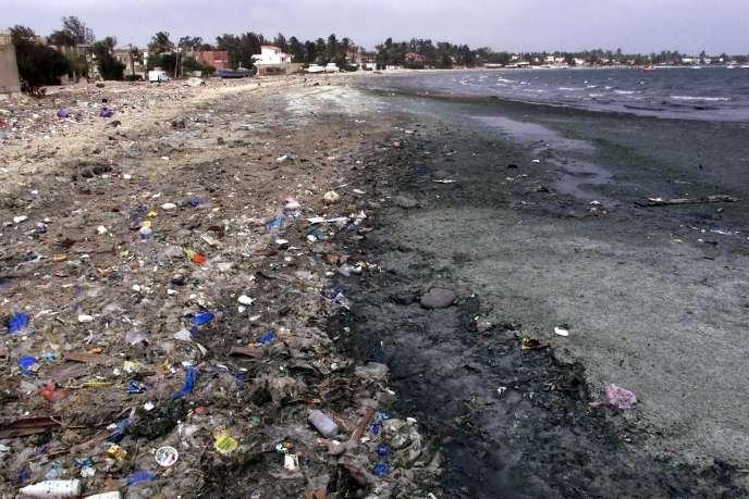 Déchets surla baie de Hann, à Dakar (Sénégal), en 2002.