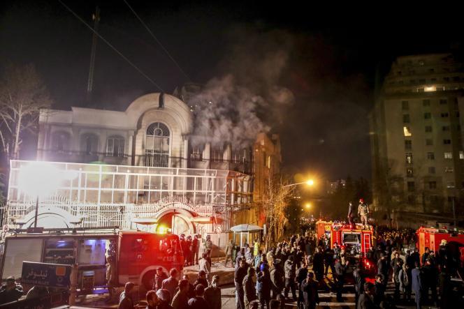 De la fumée s'échappe de l'ambassade saoudienne à Téhéran, attaquée dans la nuit du 2 au 3 janvier.