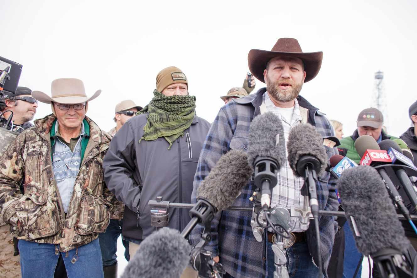 El líder del grup armat arrelat en un refugi Pertanyent al govern federal parlant davant de la premsa.'est retranché dans un refuge appartenant au gouvernement fédéral s'exprime devant la presse.