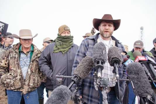 Le leader du groupe armé qui s'est retranché dans un refuge appartenant au gouvernement fédéral s'exprime devant la presse.