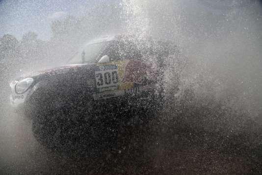 Les conditions météo ne se sont pas améliorées en Argentine où a débuté le rallye-raid. Les concurrents devront parcourir une centaine de kilomètres en moins que le parcours prévu.