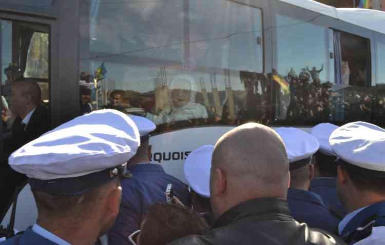 Les proches de Hocine Aït Ahmed, acclamés par la foule, lors de leur arrivée aux funérailles. Le convoi ministériel a lui, été caillassé, contraignant le chef du gouvernement Abdelmalek Sellal et plusieurs ministres à rebrousser chemin. « Ce sont deux Algéries qui s'affrontent. L'Algérie des officiels et celle du peuple et de ses militants », a analysé Karim Tabou, ancien premier secrétaire du FFS, le parti d'Aït Ahmed.