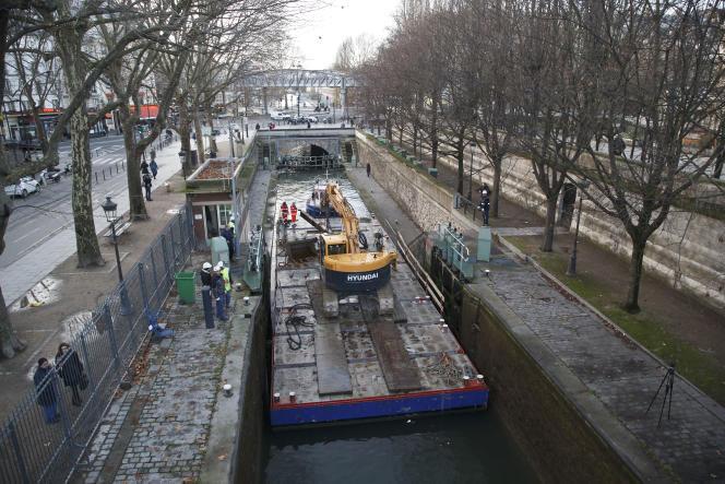 Un bulldozer arrive sur le chantier de nettoyage du canal Saint-Martin, qui a démarré le 4 janvier et doit prendre fin le 4avril.