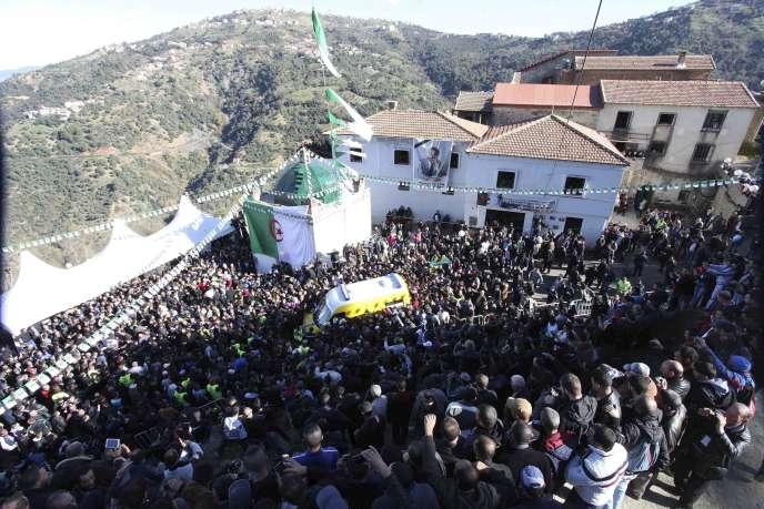 Le cercueil de Hocine Aït Ahmed arrive en ambulance dans son village natal de Kabylie, vendredi 1er janvier.