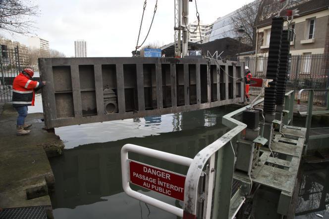Lundi 4 avril 2015 : premier jour de l'opération de nettoyage du canal Saint-Martin, à Paris. Celui-ci va rester vide pendant trois mois.