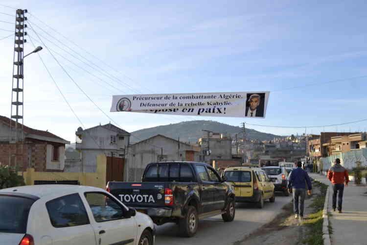 A une quinzaine de kilomètres du village de Hocine Aït Ahmed, la localité d'Ain El Hammam, paralysée par l'important cortège de véhicules se rendant aux funérailles de l'opposant algérien.