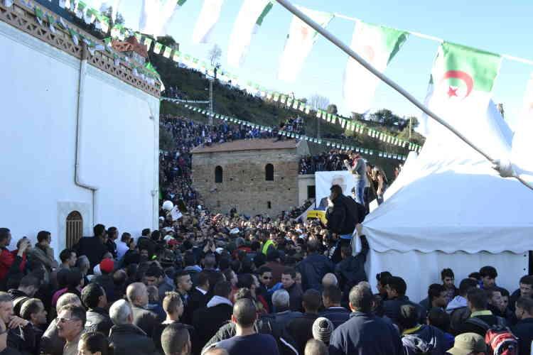 Des centaines de personnes ont pris position sur les toits des maisons et des collines qui surplombent le village d'Aït Ahmed. L'opposant algérien a tenu à être enterré dans la même tombe que sa mère. Quand celle-ci est décédée, il se trouvait en exil. Le pouvoir de l'époque lui avait interdit d'assister à ses funérailles.