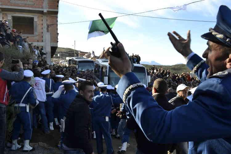 A l'arrivée de la dépouille du défunt et de sa famille, la foule a scandé « Pouvoir assassin ! » et « Aujourd'hui ou demain, Da L'Hocine (grand frère Hocine) sera toujours là ! ». Un climat d'hystérie générale qui rappelle pour beaucoup, l'enterrement de Matoub Lounes, chanteur engagé kabyle, assassiné en juin 1997.