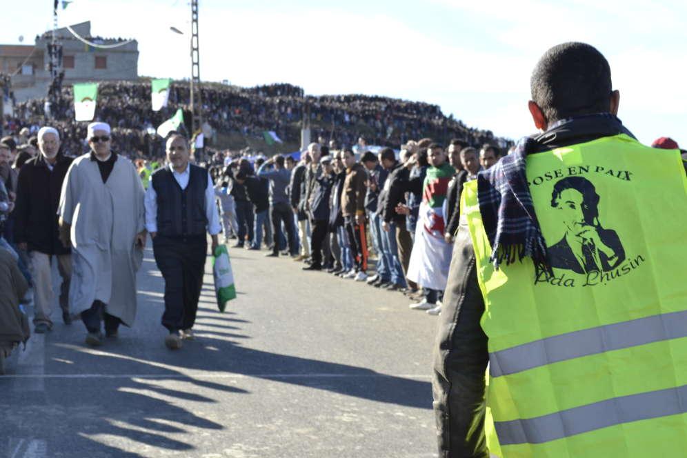 Sur la colline qui surplombe le village d'Aït Ahmed, les dizaines de milliers de personnes venues des quatre coins du pays s'impatientent. Certaines sont là depuis plusieurs jours. « Ici, il y a des gens de toutes les régions d'Algérie et de toutes les tendances. Aït Ahmed a su réunir tout le monde », commente un militant du FFS, le Front des forces socialistes fondé par Aït Ahmed en 1963.