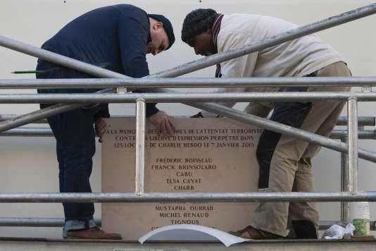 Une plaque commémorative de l'attaque du 7 janvier a été installée près de l'ancienne entrée de la rédaction de Charlie Hebdo.