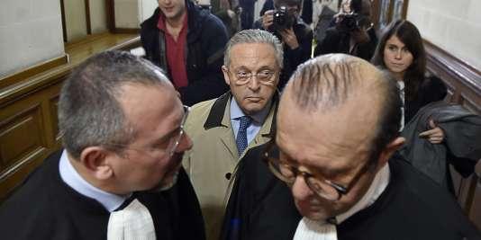 Eric Dezeuze (à gauche), et Hervé Temime (à droite), les avocats de Guy Wildenstein, au centre, au palais de justice de Paris le 4 janvier.