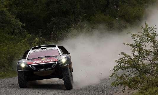 Le Français a remporté la troisième étape du rallye-raid, mardi5janvier. Il devance Carlos Sainz, son coéquipier chez Peugeot.