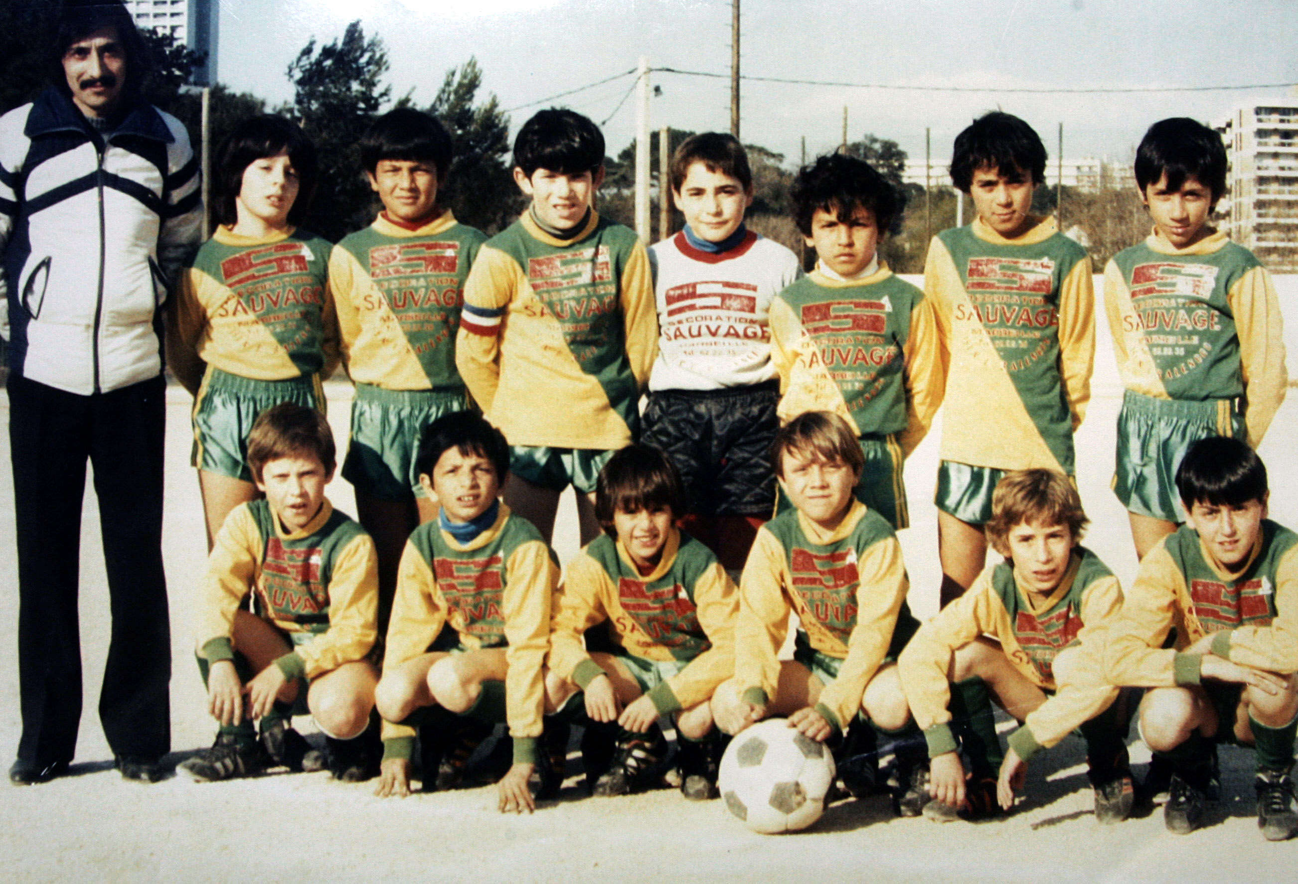 Tout commence à La Castellane, quartier populaire de Marseille. Le jeune Zidane  (troisième enfant en haut en partant de la gauche) y touche ses premiers ballons.