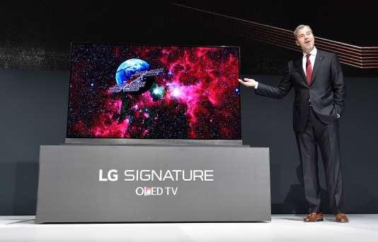 David VanderWaal, chargé de l'électronique grand public de LG aux Etats-Unis, présente un écran 77 pouces OLED au CES de Las Vegas, le 5 janvier.