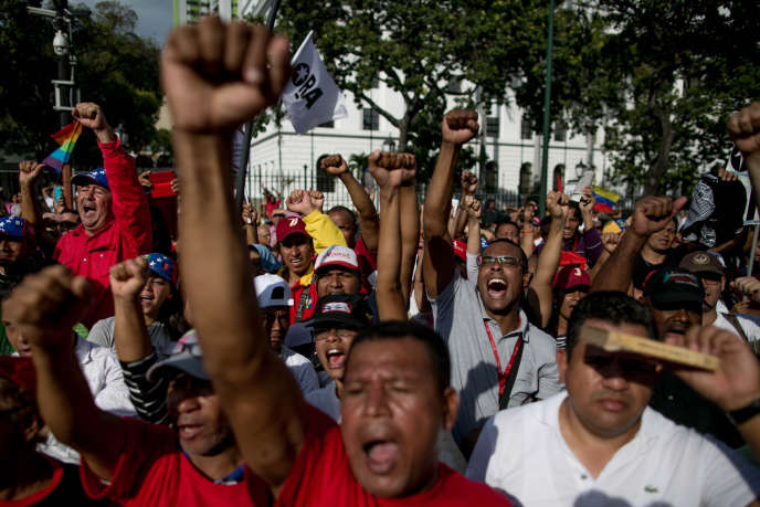 Des partisans du gouvernement vénézuélien crient des slogans favorables au président Nicolas Maduro, devant le palais de Miraflores, le 5 janvier 2016, à Caracas.