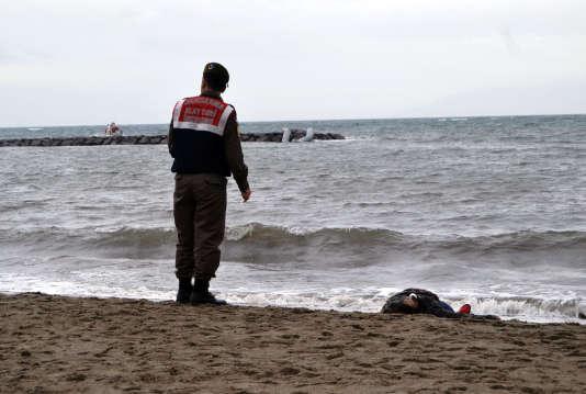 Le corps d'une des 27 personnes retrouvées mortes sur une place de Turquie, le 5 janvier.