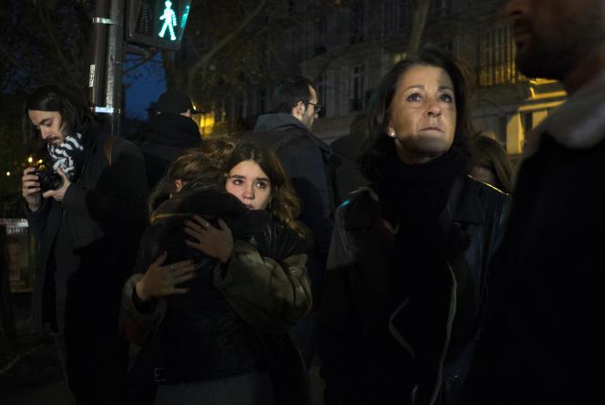 Rassemblement à proximité du Bataclan, à Paris, le 14 novembre 2015.