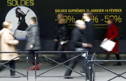 A Paris, en 2012. « Avec les surstockages importants et le déficit de consommation au cours du dernier trimestre (…) il faut s'attendre à des prix barrés de 50 % à 70 % dès la première semaine des soldes », assure Yves Marin, consultant pour Kurt Salmon.