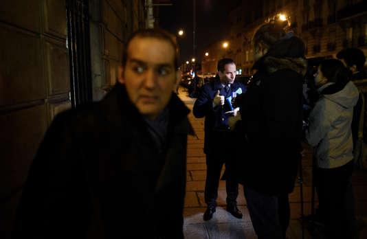 Pouria Amirshahi et Benoît Hamon à la sortie du bureau national du Parti socialiste, rue de Solférino, à Paris, le 4 janvier 2016.