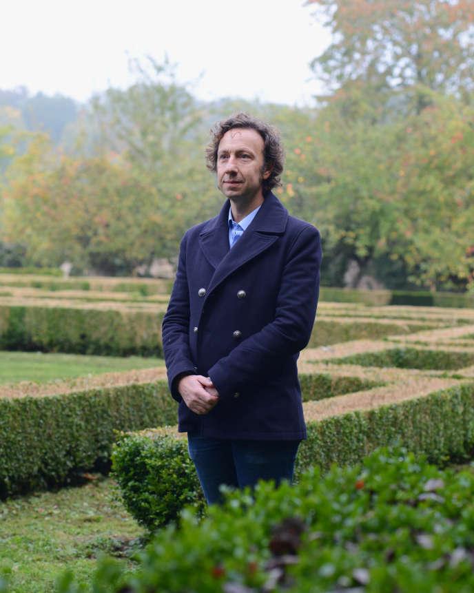 Stéphane Bern dans le jardin de sa nouvelle résidence en travaux, le collège militaire de l'Abbaye de Thiron-Gardais (Eure-et-Loir), en octobre 2015.