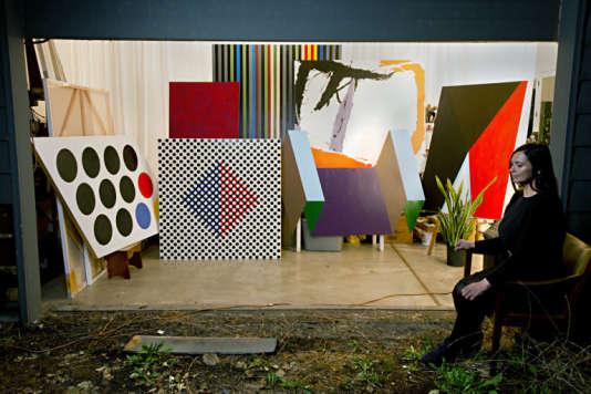 L'artiste Johanna Barron devant une sélection de ses reproductions (à l'échelle 3/4) de la collection Melzac, accrochée au siège de la CIA.
